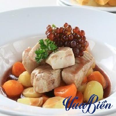 Cá Cờ Gòn Chần Nấu Với Nho Và Rượu Vang